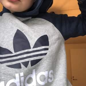 Superfosfat hoodie från Adidas OG. STRL 164 men funkar på mig som vanligtvis e XS