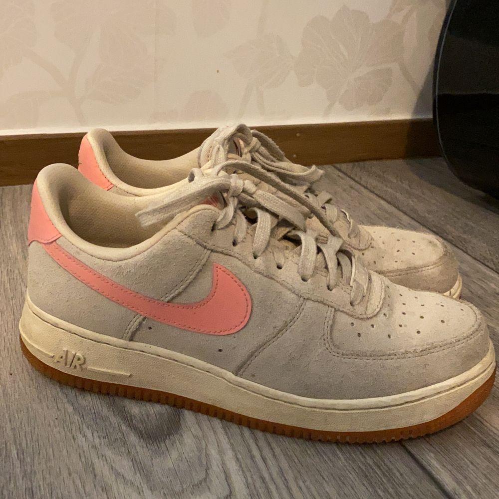Nike Air Force sneakers. Storlek 39. Beiga med lite rosa. Frakt ingår.. Skor.
