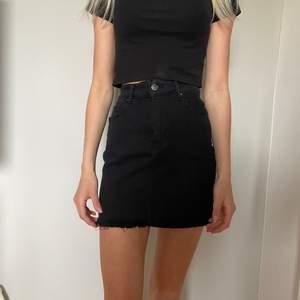 Snygg svart jeanskjol o storlek 36! Knappt använd och felfritt skick
