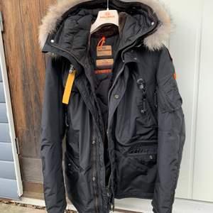 Säljer åt min pojkvän som har en parajumper som endast är använd en vinter! Köpt för 10 600kr. Den är som ny!