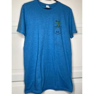 """Gullig blå T-shirt, merch från Fantastic Beasts (Harry Potter)! Trycket är av lilla """"Pickett"""" som står i Newt Scamanders ficka! Är super som mer """"Casual"""" merch! {Köpare står för frakt eller hämtar i Upplands Väsby!}"""