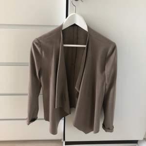 Snygg vår/ sommar jacka från Zara. Aldrig använd. Frakt ingår
