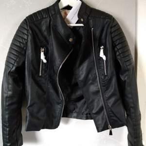 Hej! Säljer min svarta motojacket från Chiquelle. Den är helt oanvänd, endast provad. Storlek 42/Large. Nypris 699 kr. Dösnygg med vit tröja eller ljusgrå hoodie under 😍 skriv om du undrar något eller vill ha fler bilder! Har Swish 🥰