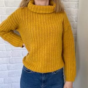 Gul stickad tröja från Stile Benetton💛 Står ingen storlek i tröjan men skulle säga att den är storlek M:))