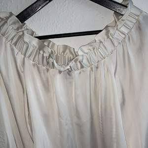 Pink satin offshoulder. It Fits a xs/34 and s/36