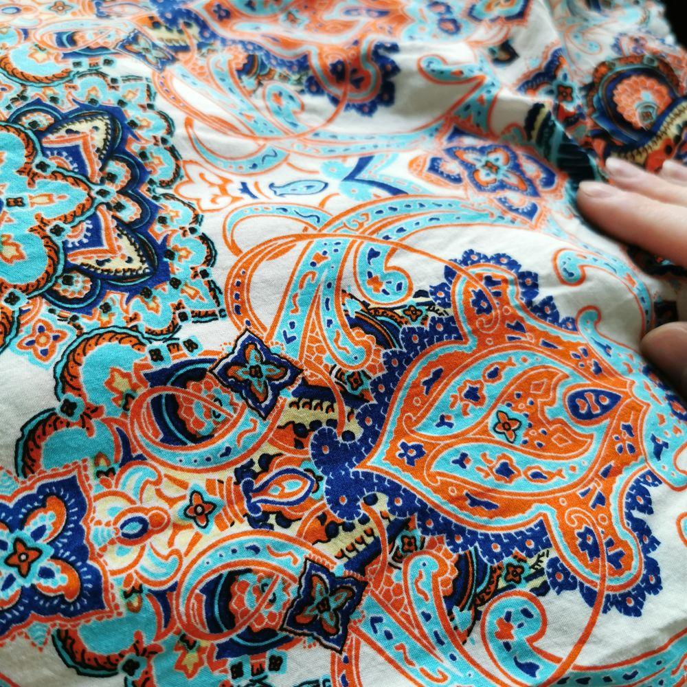 Skjorta med paisley-mönster, strl 36. Byst 92 cm, längd ca 56 cm från axeln (rundad nederkant). Jättefint skick! Köparen står för porto 63 kr (spårbart) . Skjortor.
