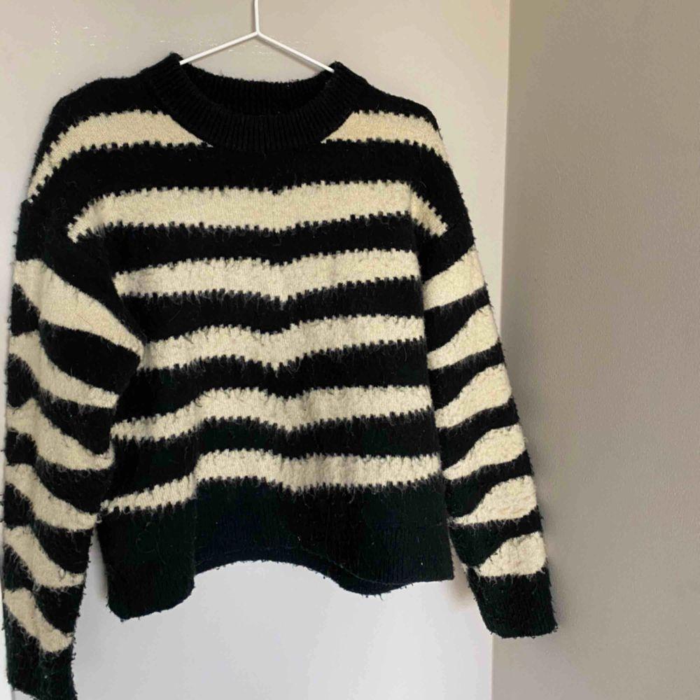 Jättmjuk tröja från Mango. Säljs pga ingen användning 💫. Tröjor & Koftor.