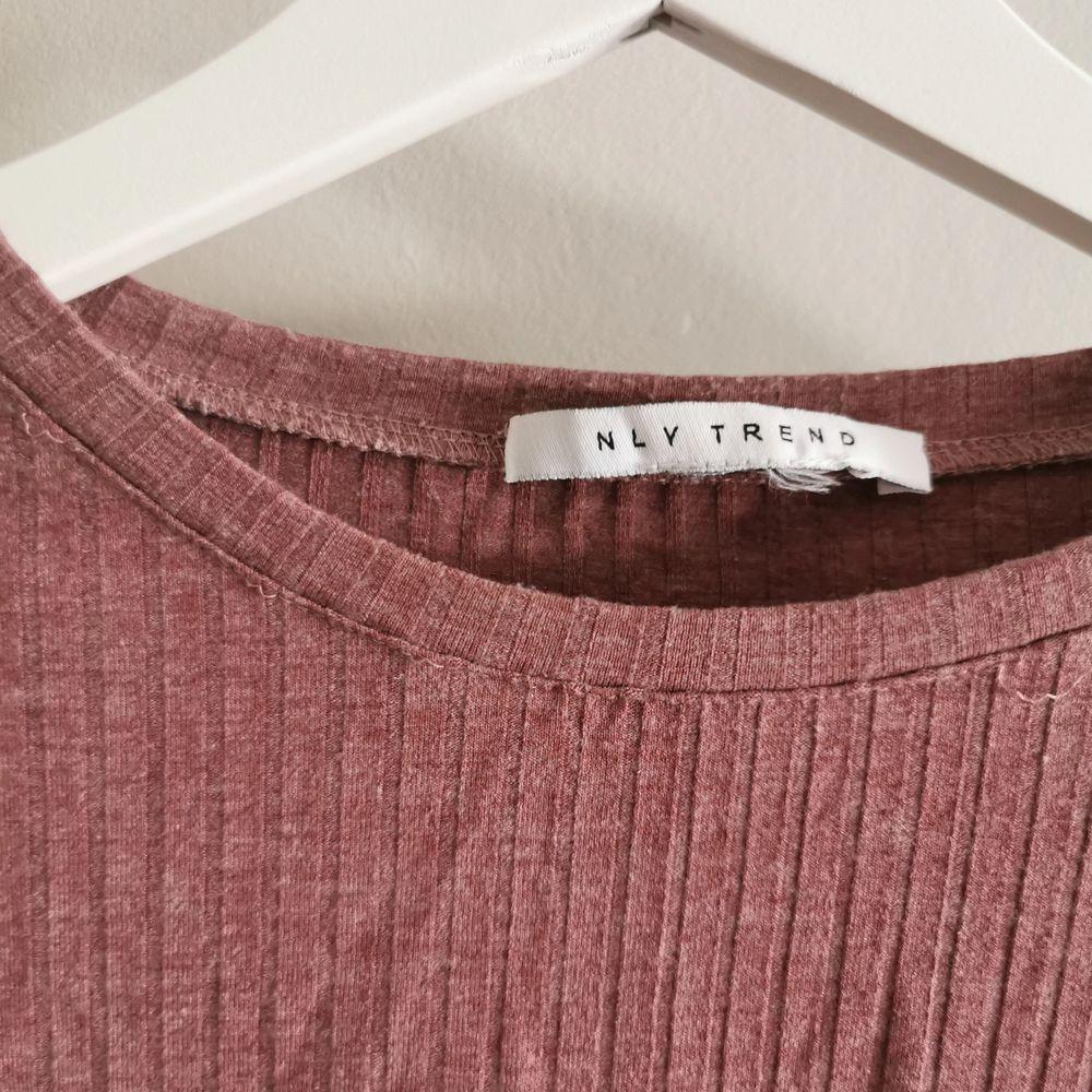 Ribbad tröja från Nellys egna märke. Fint skick men sömmen har gått upp lite på vissa ställen (bild 2). Köparen står för frakt. . Tröjor & Koftor.