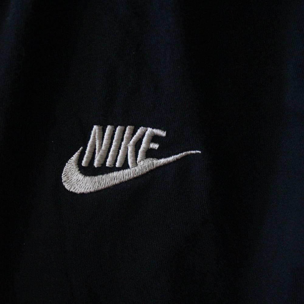 En svart Nike T-shirt helt enkelt. T-shirts.