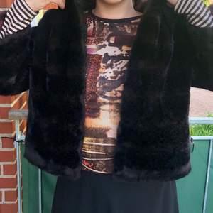 Ingen bra timing ☀️☀️men försöker sälja denna jacka nu: brun/svart pälsimitation, strl S/M ish. Inga knappt men en hasp längst upp