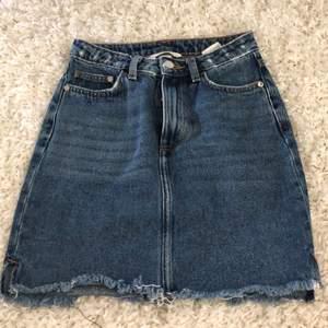 En superfin & kort jeanskjol! Passar perfekt till sommaren i en blå fin färg😍