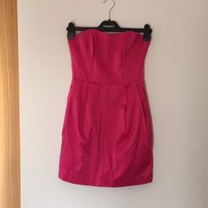 Rosa kort klänning från VILA med dragkedja i ena sidan samt fickor som endast är använd 1 gång. Fin modell, har axelband men ena är trasig, går att laga om man vill men den går lika bra att använda utan band.  Hör av er om frågor eller fler bilder! 😘