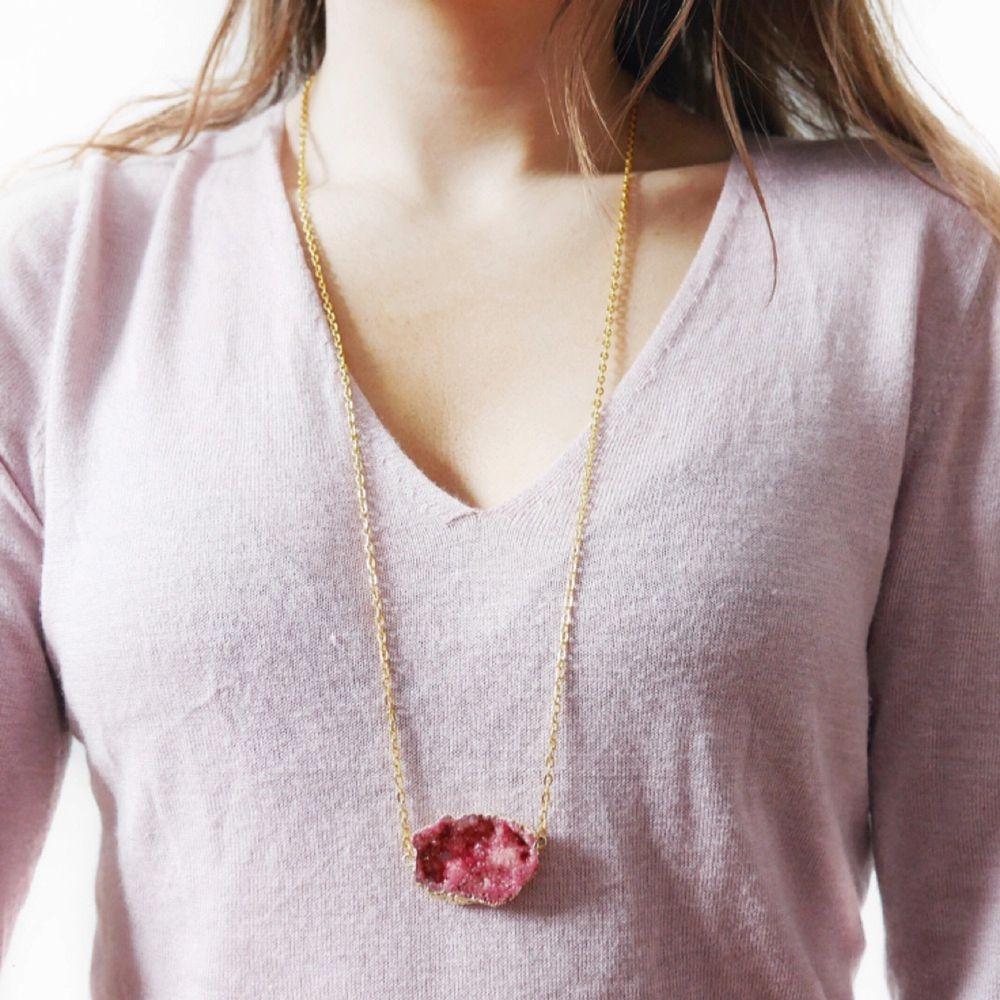 Egengjort halsband med en äkta sten, vill du ha ett unikt smycke som ingen annan har är detta perfekt! Frakt inräknat i priset.. Accessoarer.