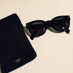 Svarta Solglasögon från Celine, köpta på NK sommaren 2015, aldrig använda.  Nypris: 3500kr   Solglasögon nummer: CL41040/s   KONTAKT: 0768138851 / Ellen.g@live.se
