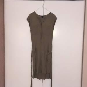 Tunika/klänning med snygga fickor och band i midjan. FRI FRAKT!