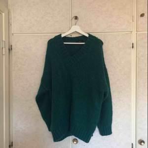 Fin V-ringad stickad ull tröja. Köpt från Hannalicious second hand popupp i Göteborg. Aldrig använd av mig då jag är lite känslig för ull. Ganska stor. Betalningen sker via Swish och köparen står för frakten.