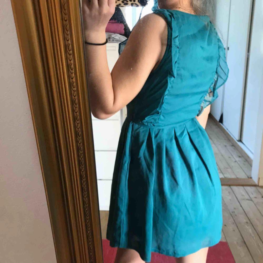 En jättefin klänning från märket Three little stars i storlek S men är lite mindre i storleken skulle jag säga. Endast använd en gång i somras. Jättefint skick! Köparen står för frakten🖤. Klänningar.