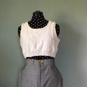 Stickat linne, mag linne och jätteskönt. Enligt mig inte alls sticksigt, skulle gissa på att det är gjort av akrylgarn