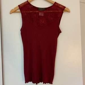 Jag säljer detta vinröda linne i storlek M. Linnet är oanvänt och är i gott skick. Hör av er vid fler bilder.