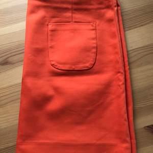 Säljer nu en orangekjol från HM. En perfekt färgklick i garderoben 🧡 50 kr + frakt.