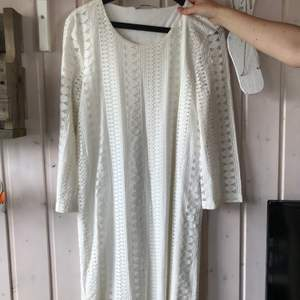 Säljer den perfekta vita spetsklänningen. Sparsamt använd och perfekt längd. Jag är 161 och den går precis över knäna. 🤗 130 kr + frakt.