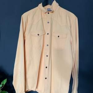 Ljusgul skjorta i storlek L ! Använd 1 gång men saknar en knapp vid magen ! 130kr inklusive frakt 🚚