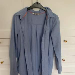 En snygg blå skjorta från H&M i storlek 152 sitter ungefär som en XS/S 💙 Använd ett fåtal gånger, säljer för 65 kr + frakt 🥰