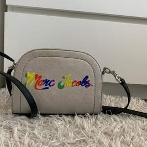 Äkta Marc Jacobs väska, köpt på saks fifth avenue förra året i Los Angeles. Använd Max två gånger, som helt ny. Kvitto och äkthetsbevis finns!