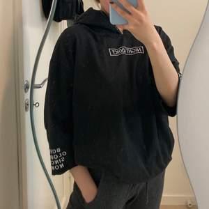 Sjuktsnygg och unik hoodie. Jag gillar att ha en tunn långärmad tröja under den🖤 Kolla gärna in i min profil för flera snygga plagg😍