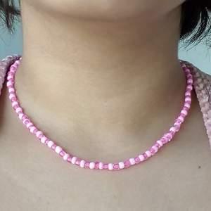 rosa halsband (hemgjord) 💗🐞🍃                                                        Frakt : 20kr,om du köper 2 saker då är det gratis :).                     DM om du är intresserad 💌