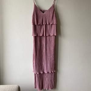 Fin rosa klänning i plisse, Nyskick. Använd 1 gång. Storlek xs. Nypris ca 2000
