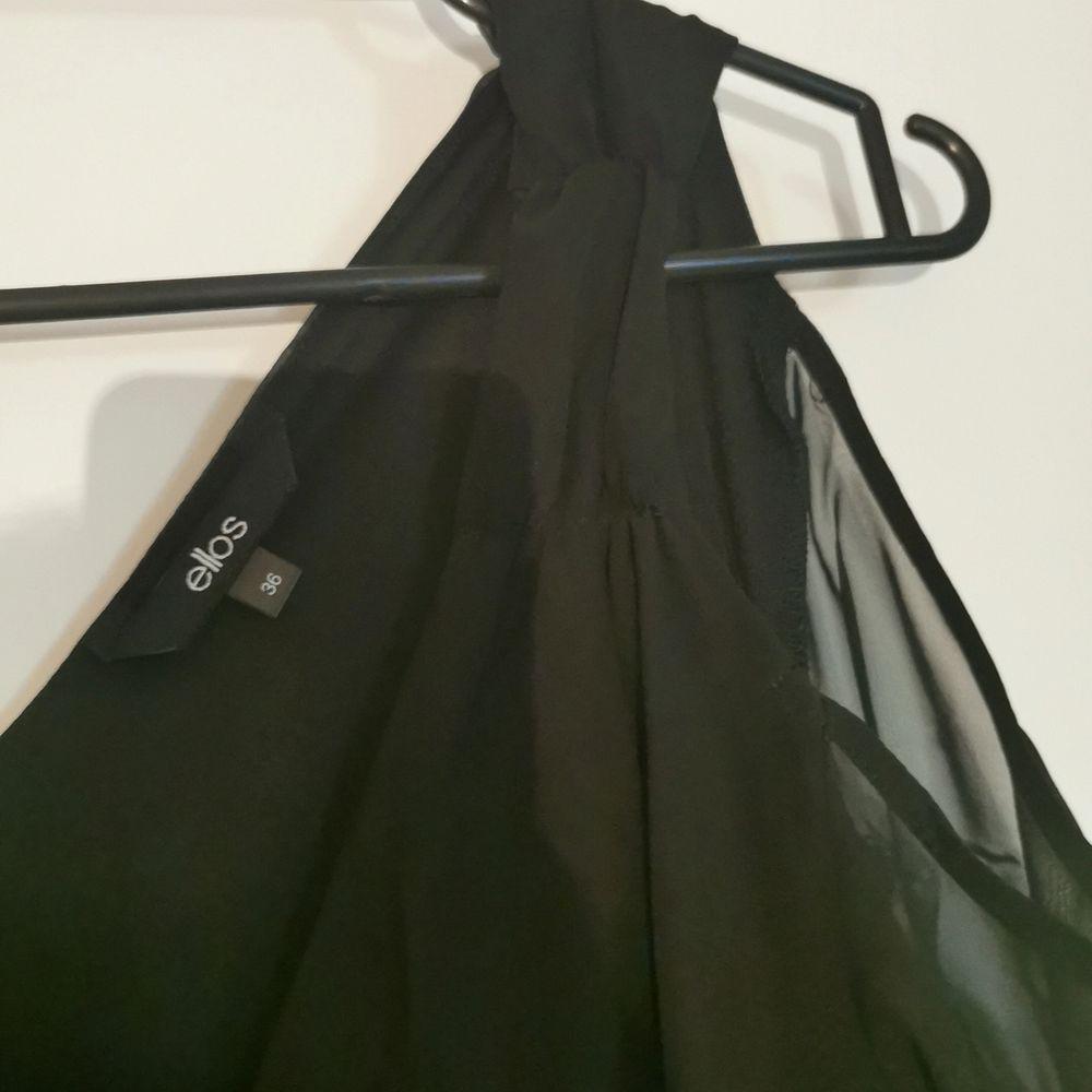 Svart snygg klänning med öppen axel och halvlång ärm. Helt ny. Stl 36. Köpare står för frakt. . Klänningar.
