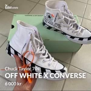 Exklusiva skor från Off White collab med Converse. Denna modellen heter Chuck Taylor 70. Köpta i Bryssel för 5000kr, och säljs på Farfetch för 13.000kr. Kvitto och originalförpackning ingår givetvis i priset. Kom med bud!