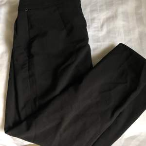 Kostymbyxor från H&m. Stygnen har gått upp lite på vänster ben men går att stoppa in eller bara sy fast💗 köparen står för frakt