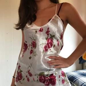Det finaste blommiga linnet i silkesmaterial. Köpt second hand. Säljer då den tyvärr inte passar mig och det är också anledningen till att min vän fick modella 💗🥰