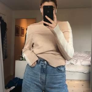 SÅ gosig off-shoulder tröja från Linn Ahlborgs kollektion med NA-KD, fin beige/rosa färg och i bra skick! Skriv till mig vid eventuella frågor!💜