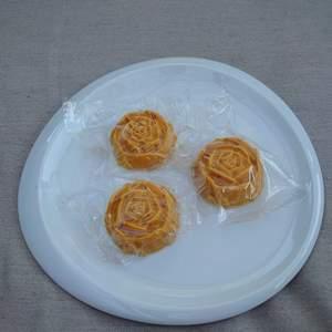 Hemmagjorda tvålar gjord av morot och gurkmeja rengörande för ansiktet och kropp.