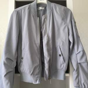 bud från 1kr. superfin helt oanvänd jacka i blå grå färg köpt på missäy i göteborg för 300kr.