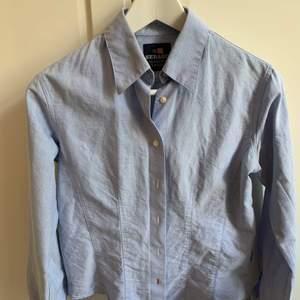 Ljusblå sebago skjorta strl 36. Nyskick.