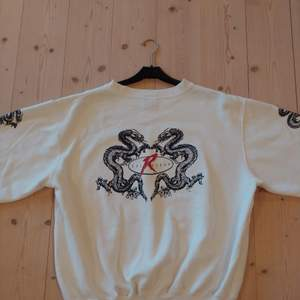 Sweatshirt med japanskt draktryck på ärmar och rygg. Märke: Rollergear. Size: Medium. Vintage, second hand, utan några fläckar eller hål. Storleken är enligt mig rätt liten för att vara medium. Passar en small eller xtra small för oversize fit.