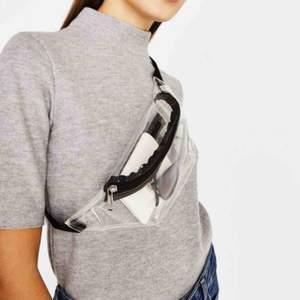 En trendig clear bum bag. Kan bäras på många olika sätt exempel på ryggen, magen, runt midjan eller under armen. Smidig till vardags och fest. Jag kan mötas upp i Stockholm annars står köparen för frakt.