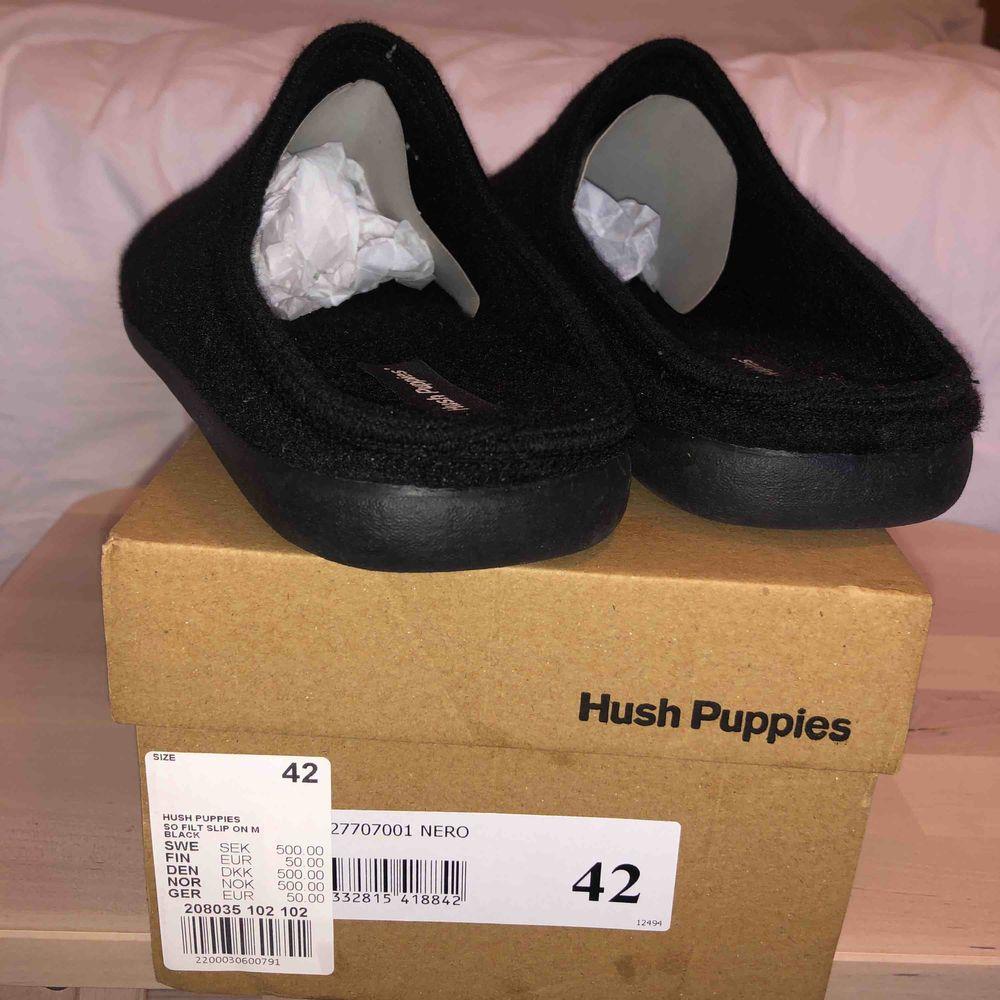 Svarta Hush Puppies tofflor med ovandel och foder i filt.. Skor.