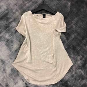 Beige oversized t-shirt med snygg rund avslutning🌸