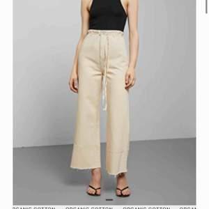 Ett par beiga jeans från weekday i modellen Slack. Säljer pga har tyvärr inte kommit till användning. Köpare står för frakt!