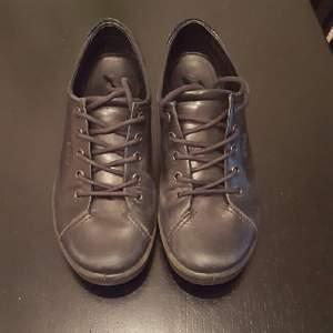 fina läder skor från ecco. i mycket fint skick. nypris 699:- perfekt att jobba i då dom har en väldigt skön komfort