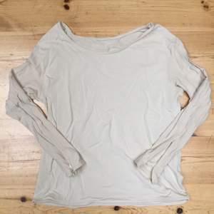 Glansig krämvit tröja från HM med snygga dragkedjor i slutet av armen. Kan stryka om man föredrar det.