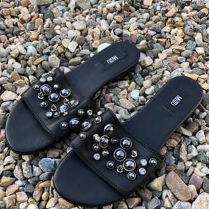 Flip flop sandal i nyskick✨  •Märke: Mimmu •Storlek 39(lite mindre i storleken) •I princip ny, använd 1 gång bara några timmar •Äkta läder  •Inköpt utomlands och kostade 149 euro •Säljer för 390 kr 🚫Djurfritt och rökfritt hem 📍Kan mötes upp i Mölnlycke 📬K