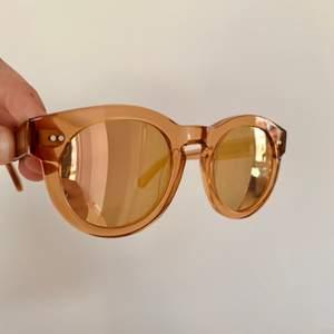 Ett par chimi solglasögon i modellen peach #003 med spegelglas, använda väldigt få antal gånger och man får med både hårt och mjukt fodral och äcen en putsduk! (se bild två)