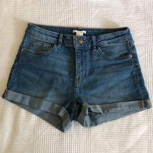 Fina jeans shorts från hm. Sköna och strechiga 💙 strl 36 men passar även mig som är 38.                   50 sek inkl frakt