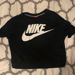 Croppad Nike t-shirt svart nästan aldrig använd.